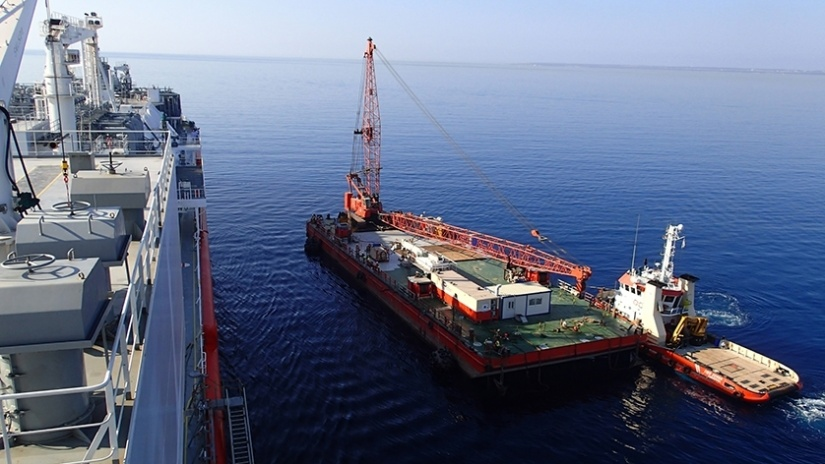 Marteam - Approaching the LNG/C vessel for the lifting and transfer of Vaporisers on board